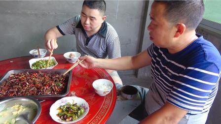 超小厨22元买2斤蚂蚱,做道香辣蝗虫,网友:害虫可以多吃