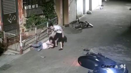 情侣夜间骑车重摔倒地 男子猛捶女友面部抓其头发撒气