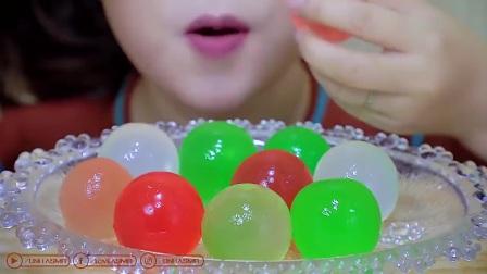 国外吃播精选片段:小姐姐吃彩色果冻球