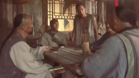 小伙误入黑店,意外看见厨师竟直接把女人吊起来割肉吃,简直可怕
