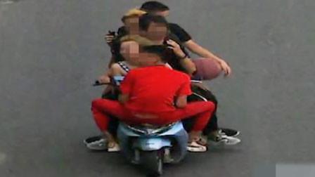 耍杂技?四川一男子骑电瓶车载4人其中1人反坐车头 撞人后逃逸