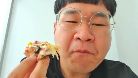 韩国大胃王小胖,试吃拌面烤鸡和披萨,大口大口吃的好过瘾