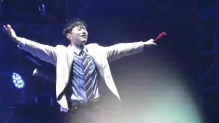 张杰演唱会,一首《这就是爱》一开口台下集体大合唱,现场嗨翻了