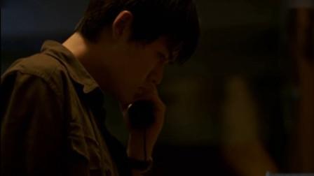 男子接到求救电话,来到小屋却发现地板是松的!
