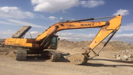 挖掘机背上为何要背一大坨铁,有什么作用吗?今天算长见识了
