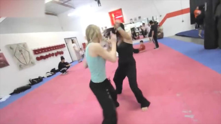 金发女神暴怒踢馆,一人单挑一拳馆的人,所有人一分钟全被放倒!