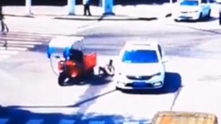 【重庆】监拍:三轮车闯红灯与轿车相撞
