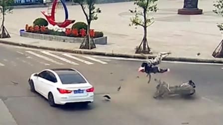 【重庆】摩托与轿车路口处相撞 两人被撞飞后落地滑行