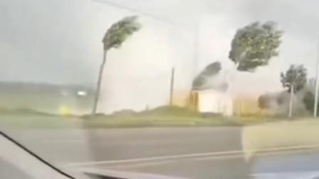 营口突掀恐怖狂风:车被吹翻 小区楼顶空调坠落