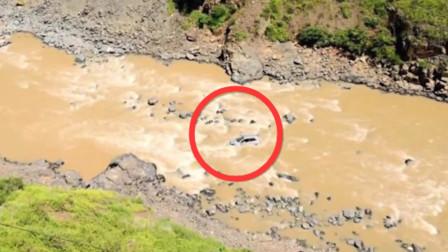 云南丽水一轿车翻下山崖坠入河中 致3人遇难