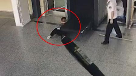 湖南一5岁男孩将木棍塞进安检仪 手臂不慎卡入履带