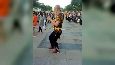 这样下去广场都要成为男人的天下了,大妈们还有地可跳么!