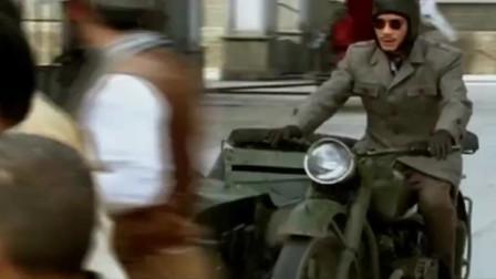 古今大战秦俑情:将军穿越在现代,施展轻功飞檐走壁追逐摩托车,路人傻眼了!