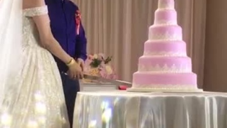 婚礼最尴尬,婚礼现场用假蛋糕忽悠过场,新郎新娘切不动!