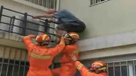 """老人被困二楼平台 , 消防员身体当""""楼梯""""施救"""
