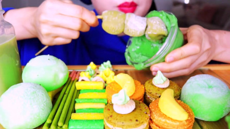 国外美女吃播:绿色冰淇淋+黄色马卡龙+香蕉+抹茶拿铁