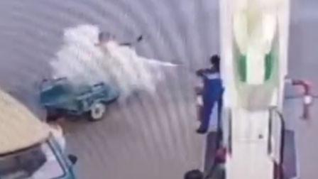 湖北天门一男子加油站抽烟 劝阻无效被灭火器狂喷