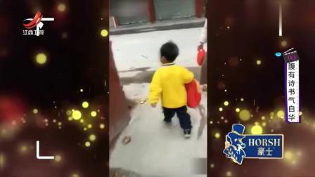 家庭幽默录像:小男孩背着书包上学时 路过垃圾箱,一手将书包扔进:哼 又要上学