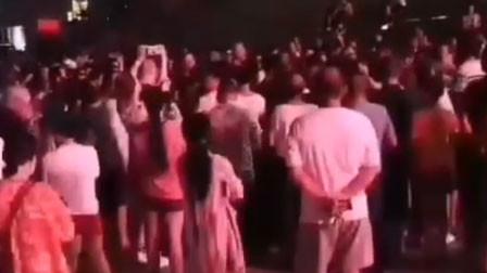浙江舟山广场舞大妈和鬼步舞团抢地盘 警方介入