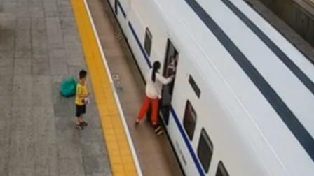 江苏一女子下高铁左右开弓掌掴乘务员 孩子在旁目睹全程