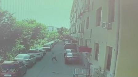 山西一女子行走中突然加速狂奔 下一秒头顶墙体砸落险丧命