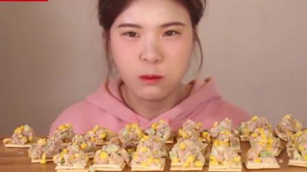 吃播大胃王:小姐姐把金枪鱼玉米沙拉放在饼干上一起吃,创意又美味