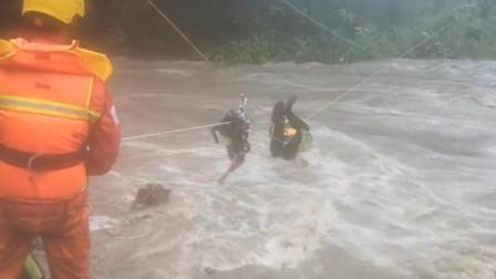 黑龙江宝清突发山洪 小河变60米宽大河老人被困