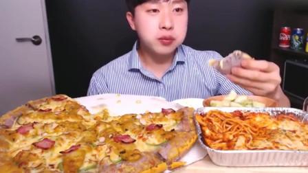 吃播大胃王:小哥哥吃芝士培根披萨还要蘸酱料,再来杯冰块可乐,真过瘾