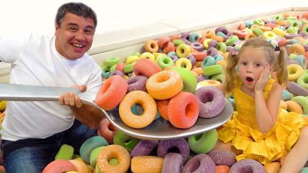 超好玩!爸爸怎么喂萌宝小萝莉吃超多糖果?这是什么游乐园?儿童亲子趣味游戏玩具故事