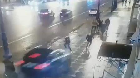 """汽车脱离公路冲向人行道 数人被撞飞场面犹如""""保龄球"""""""