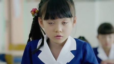 小女孩上课睡觉,女老师发火点名站起来,下秒得知原因心疼坏了!