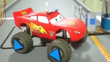 汽车总动员:闪电麦昆和拖车板牙跑车 卡车换上不同标志的越野轮胎