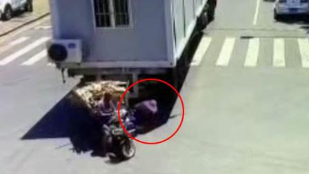 江苏一三轮夫妻避让小车360度大甩尾 又被倒车大货车缓缓吞噬