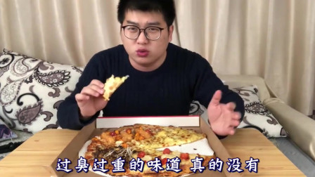 """试吃小哥哥试吃必胜客""""史上最大披萨"""",这披萨味道一言难尽"""
