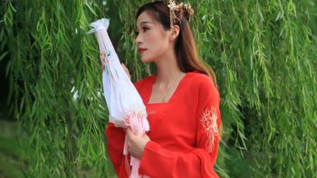 许茹芸、熊天平的一首《爱情电影》,经典情歌感情丰富,歌声悦