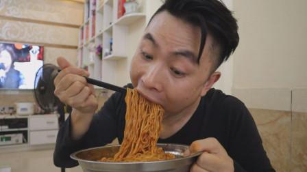 火鸡面辣吗,四川小伙煮了五包,吃着完全没感觉,一点都不过瘾