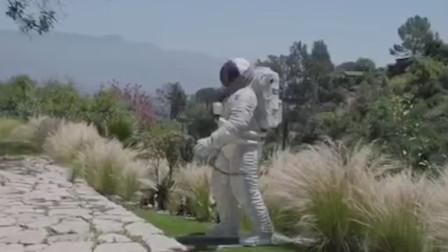 男星晒美国豪宅,自称为像外太空船的博物馆,还有巨型宇航员雕塑
