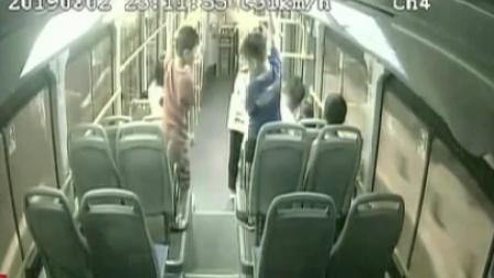 公交车上锻炼 当心自身安全 每日新闻报 20190817 高清版