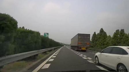 小车开得太快了,120的速度,谁能反应过来刹住车!