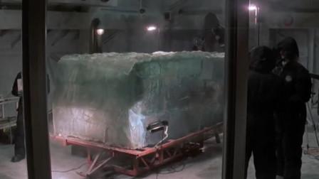 探险队挖掘出4万年前的原始人,被封印在冰里,他的身体竟还活着