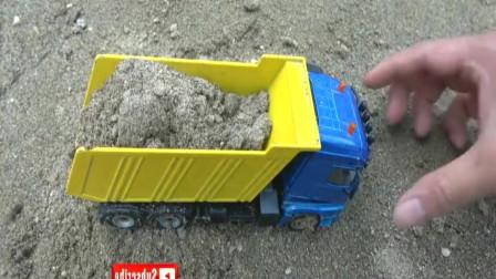 挖掘机,卡车解救被埋在沙坑里的儿童玩具车行动