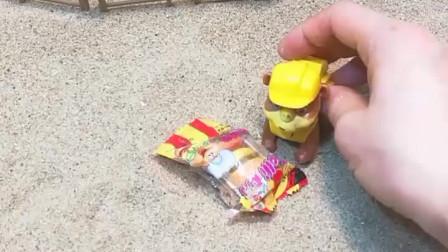 少儿益智亲子玩具:汪汪队小砾挖到了汉堡糖,僵尸挖到了大鳄鱼