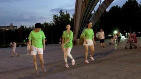 三姐妹齐跳32步恰恰广场舞《我最爱的人在哪里》简单好看