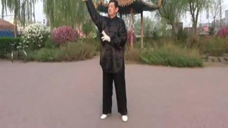 视频后旗制作 萱子;髦耋老人孙庆余晚年生活丰富,这是他晨练时查拳表演