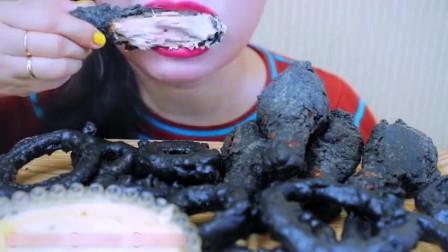 国外美女吃播黑炸鸡黑洋葱圈,像不像裹了一层煤炭