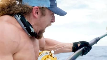 肌肉男自信钓鱼,下一秒险被拉进水中,镜头记录对抗全过程