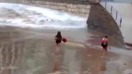 国外女子看到洪水来了还跳舞,路人拍下女子生命最后一刻