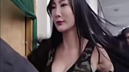 王李丹妮你抓贼,干嘛要脱自己的衣服啊?