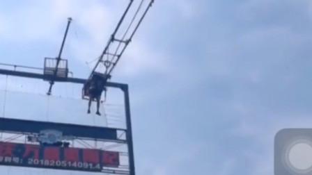 重庆一18米悬崖秋千高空突发故障 所幸游客安全着地