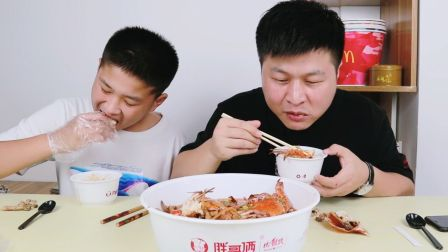 侄子想吃螃蟹了,外卖153元点份胖哥俩肉蟹煲,配米饭爷俩吃了满满一大盆!